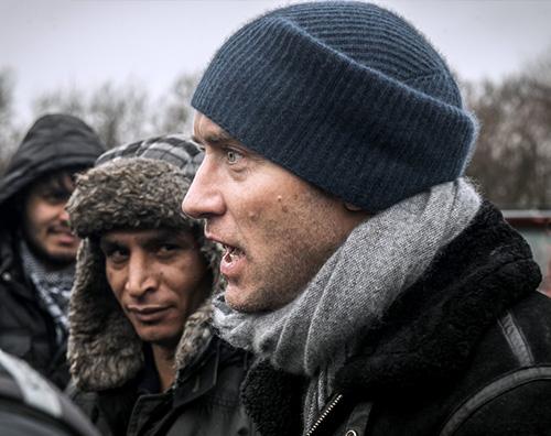 Jude LAw Jude Law fa visita al campo profughi di Calais