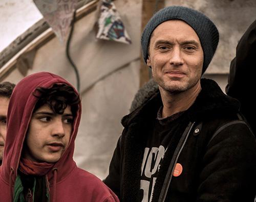 Jude Law 2 Jude Law fa visita al campo profughi di Calais