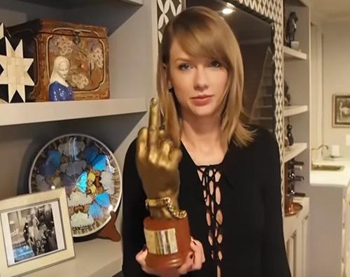 Taylor Swift4 Taylor Swift premiata con un dito medio