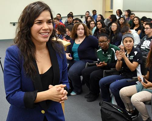 america ferrera 2 America Ferrera parla agli scolari dell importanza del voto