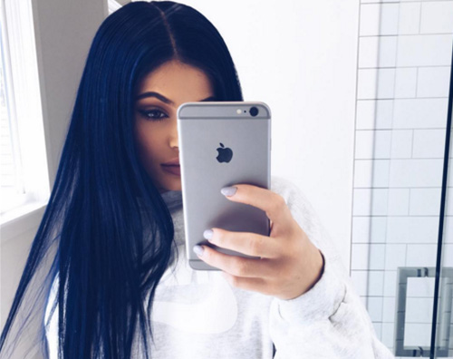 Kylie Jenner 2 Kylie Jenner cambia look, capelli blu notte