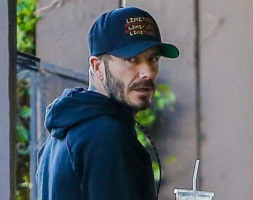 David Beckham 2 David Beckham mostra il fisico tatuato in piscina