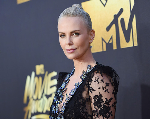 Charlize Theron 1 Charlize Theron come Kylie su Instagram