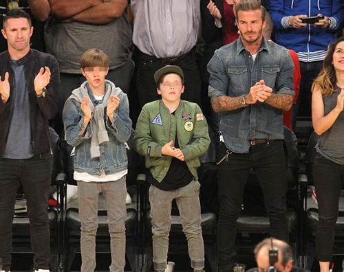 David Romeo Cruz David Beckham con Romeo e Cruz alla partita dei LA Lakers