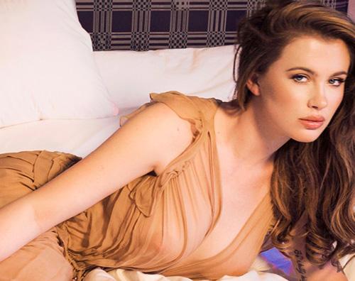 Ireland Baldwin Ireland Baldwin, sensuale come mamma Kim su Schon! Magazine