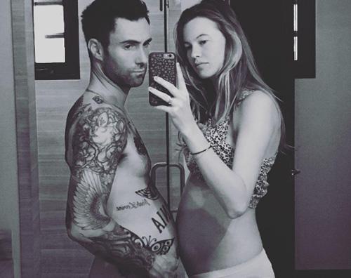 Adam Levine Behati Prinsloo Behati Prinsloo e Adam Levine confrontano le pance su Instagram