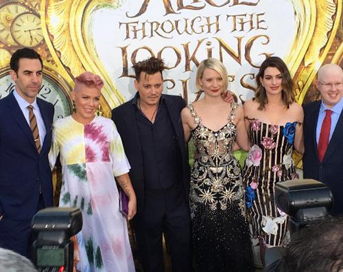 Cast Alice attraverso lo specchio Il cast di Alice Attraverso Lo Specchio a Hollywood per la premiere