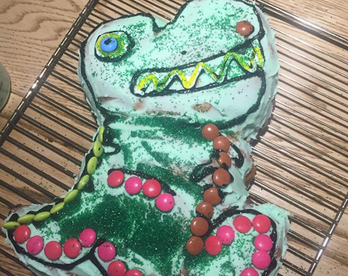 India hemsworth cake  Chris Hemsworth pasticcere di casa per India