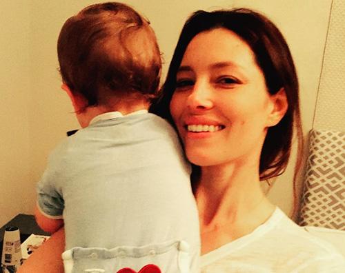 Jessica Biel e Silas Justin Timberlake condivide una nuova foto di Silas per la festa della mamma