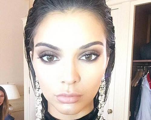 Kendall Jenner 1 Kendall Jenner, selfie da aliena su Facebook