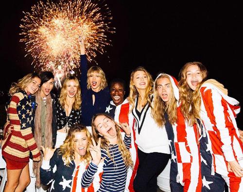 Taylor Swift Taylor Swift, 4 luglio con le amiche e Tom Hiddleston