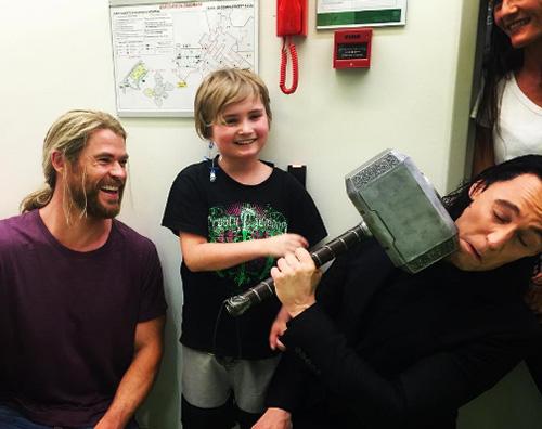 Chris E Tom 2 Thor e Loki in visita presso l ospedale pediatrico di Brisbane