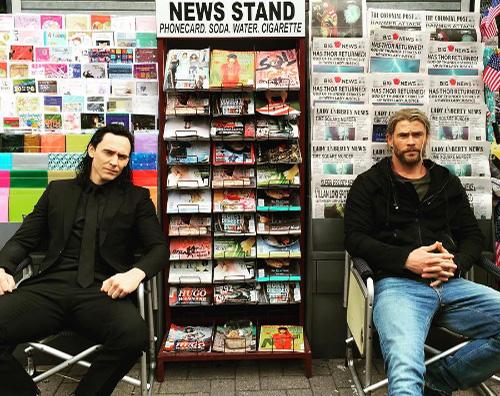Thor Ragnarok Chris Hemsworth e Tom Hiddleston sono due edicolanti sul set di Thor