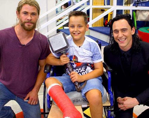 chris e tom Thor e Loki in visita presso l ospedale pediatrico di Brisbane
