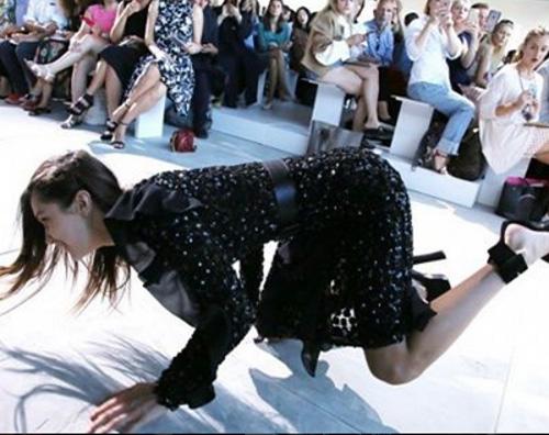 Bella Hadid Bella Hadid cade sulla passerella di Michael Kors