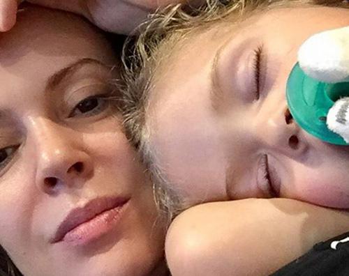 Alyssa Milano Alyssa Milano coccola sua figlia su Instagram
