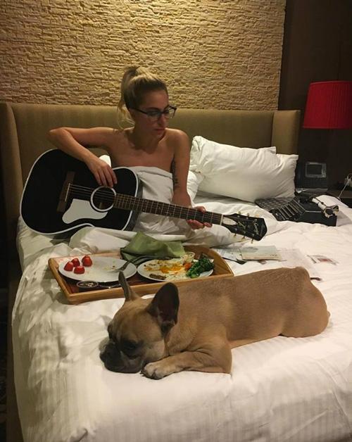 Lady Gaga 1 Lady Gaga suona la chitarra in topless
