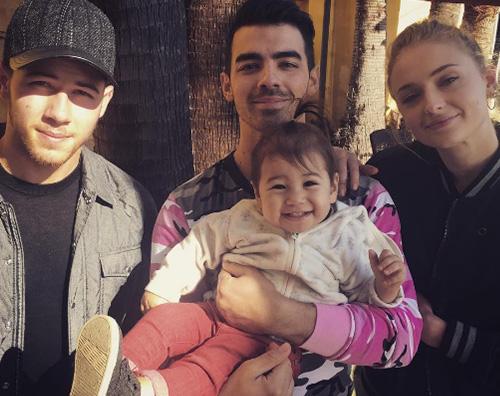 Joe Jonas Sophie Turner Nick e Danielle Jonas felice per il fidanzamento di Joe