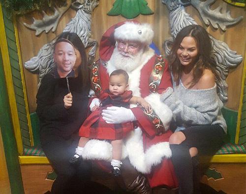 Chrissy Teigen 2 Chrissy Teigen e Luna, foto con Babbo Natale