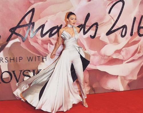 Gigi Hadid Gigi Hadid in Versace ai Fashion Awards 2016