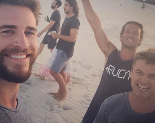 Liam Hemsworth Liam Hemsworth si diverte sulla spiaggia