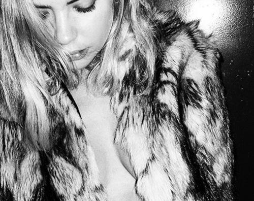 Ashley Ashley Benson hot su Instagram