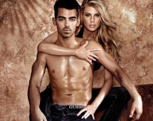 Joe Jonas Joe Jonas modello di underwear per Guess