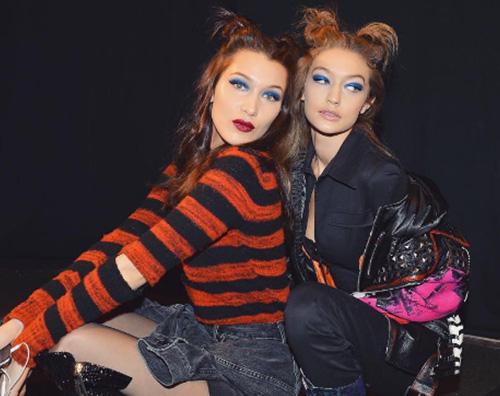 Bella e Gigi Hadid Bella Hadid, spacco profondo sulla passerella di Brandon Maxwell