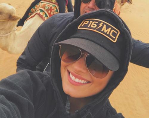 Demi Demi Lovato a Dubai su un cammello