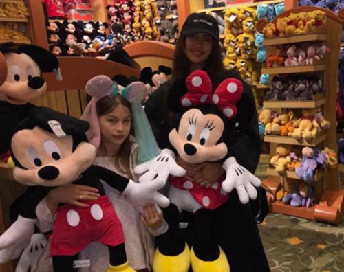 Irina Shayl Irina Shayk copre il pancino a Disneyland