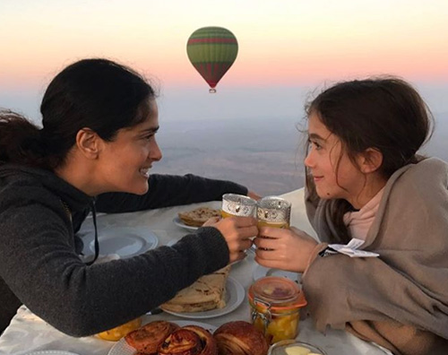Salma Hayek Salma Hayek, con Valentina su una mongolfiera