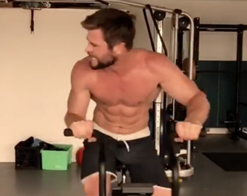 Chris Hemsworth Chris Hemsworth si allena senza maglietta su Instagram