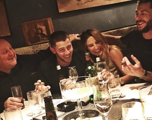 Nick Jonas Cover Nick Jonas a Firenze con alcuni amici