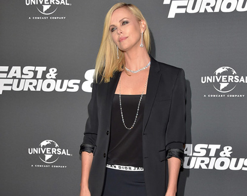 charlize theron in nero alla premiere di fast and furious 8 gossip. Black Bedroom Furniture Sets. Home Design Ideas