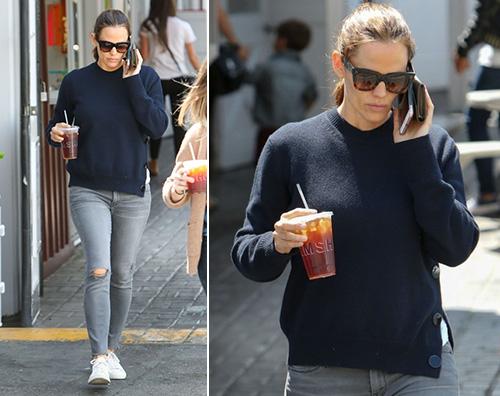 Jennifer Garner Jennifer Garner passeggia da sola dopo il divorzio