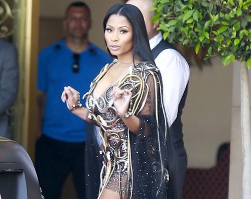 Nicki Nicki Minaj ricoperta di serpenti couture a Beverly Hills