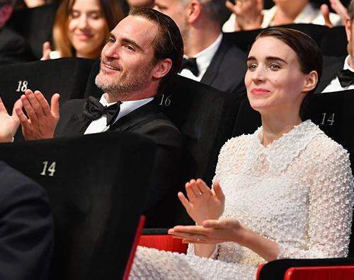 Joaquin Phoenix e Rooney Mara Cena vegan ai Golden Globes grazie a Joaquin Phoenix