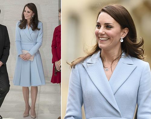 low priced 8f688 38079 Kate Middleton, cappotto celeste per la visita in ...