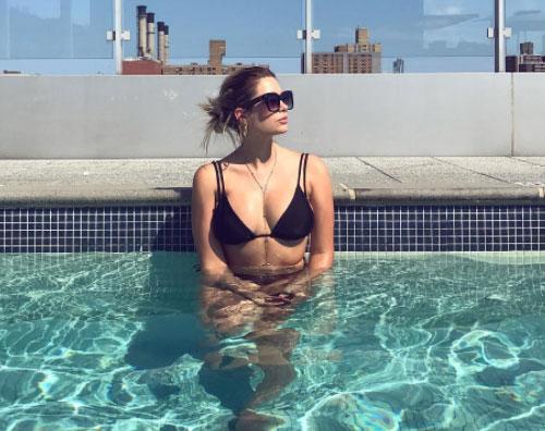 Ashley Benson Relax in piscina per Ashley Benson
