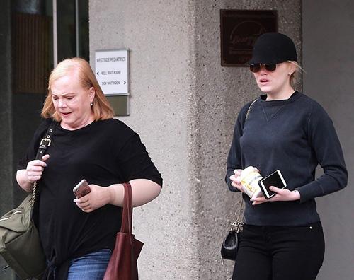 Emma Stone 2 Emma Stone a passeggio con mamma Krista