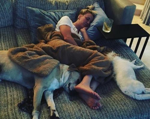"""Kaley Cuoco Kaley Cuoco dorme durante """"Game Of Thrones"""""""