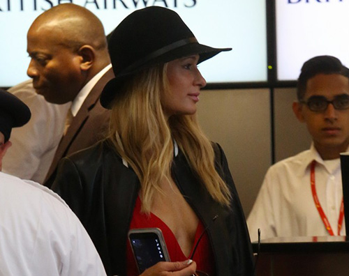 Pari Paris Hilton in aeroporto con Chirs
