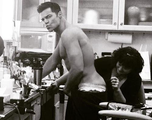 Ricky Martin Ricky Martin si fa cancellare un tattoo sul set