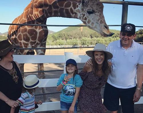 Alessandra Ambrosio 1 Alessandra Ambrosio allo zoo di Malibu con i bambini