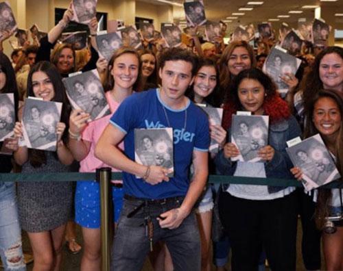 Brooklyn Beckham Brooklyn Beckham accolto da centinaia di fan in libreria