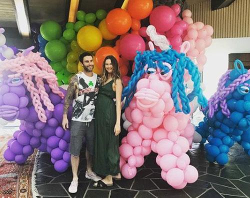 Adam Levine Behati Prinsloo Behati Prinsloo mostra il pancino su Instagram