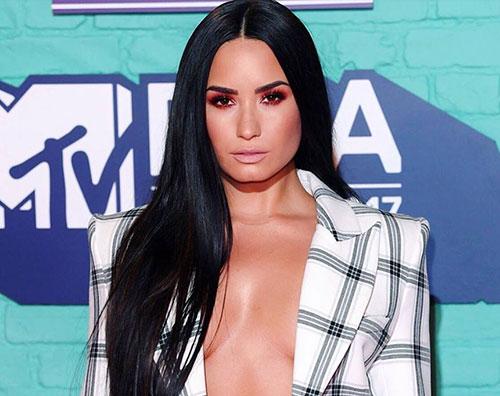 Demi Lovato 1 Demi Lovato sexy tailleur agli MTV EMAs 2017