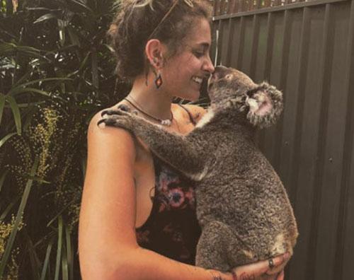 Paris Jackson 2 Paris Jackson coccola un koala
