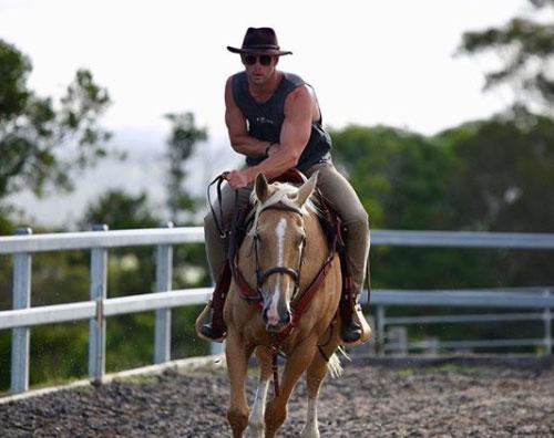 Chris Hemworth Chris Hemsworth è un cowboy su Instagram