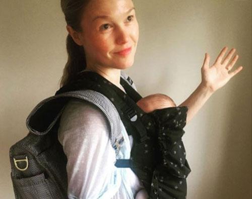 Julia Stiles Julia Stiles critiche sui social per la foto col suo bambino